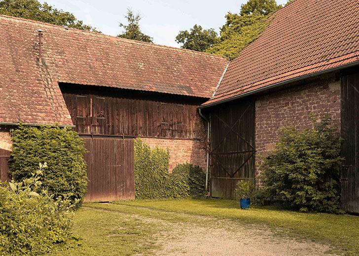 Mina & Jakob Innenhof Unterkunft Grenzhof bei Schwetzingen / credits: cosmochrome.de